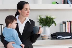 Mama-trabajando-con-Bebe